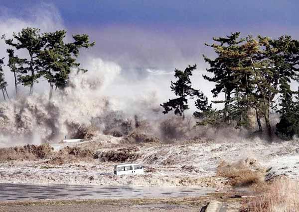 Катастрофические землетрясение и цунами в Сендаи (Япония, 2011).