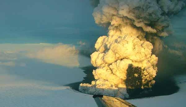 Извержение вулкана Гримсвотн в Исландии (май 2011 года).