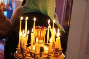 В храме было зажжено непривычно много свеч
