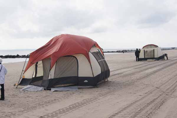 Палатки-раздевалки не берегу океана.
