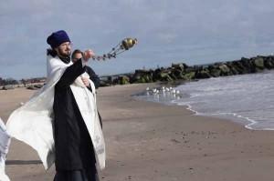 Отец Вадим освящает океан.