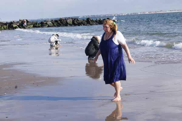 После купания в освященных водах океана.