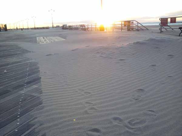 Барханы песка на бордвоке. На заре.