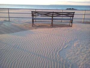 Барханы песка со знаками ряби на бордвоке.
