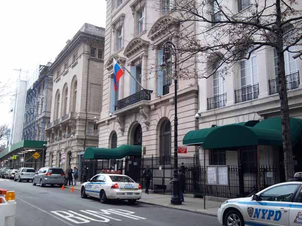 У входа в Генконсулство РФ в Нью-Йорке.