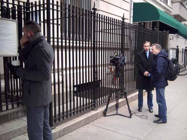У входа в Генконсулство РФ в Нью-Йорке. Телевизионщики.