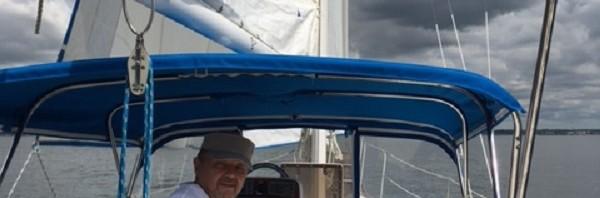 Под Одним Парусом на Яхте, не Считая Мотора.