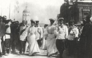 Государь Николай II с Августейшей фамилией в Сарове.