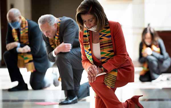 Демократы во главе со спикером Нижней палаты Ненси Пелоси встали на колени