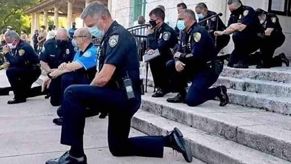 Полиция на коленях